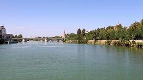 Torre del Oro ή χρυσός πύργος (13ος αιώνας) πέρα από τον ποταμό του Γκουανταλκιβίρ, Σεβίλη, Ανδαλουσία, νότια Ισπανία απόθεμα βίντεο