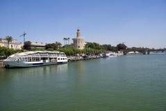 Torre Del Oro, речной берег Quadalquivir, & мост Puente de Сан Telmo в Севилье, Испании Стоковое Изображение