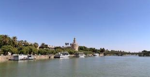 Torre del Oro eller guld- torn (det 13th århundradet) över den Guadalquivir floden, Seville, Andalusia, sydliga Spanien Royaltyfri Fotografi