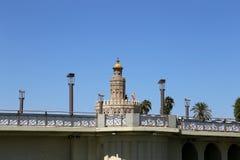 Torre del Oro eller guld- torn (det 13th århundradet), en medeltida arabisk militär dodecagonal watchtower i Seville, Andalusia,  Royaltyfri Fotografi