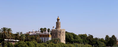 Torre del Oro eller guld- torn (det 13th århundradet), en medeltida arabisk militär dodecagonal watchtower i Seville, Andalusia,  Royaltyfria Bilder