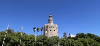 Torre del Oro eller guld- torn (det 13th århundradet), en medeltida arabisk militär dodecagonal watchtower i Seville, Andalusia,  Royaltyfri Foto