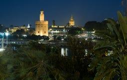 Torre del Oro en Kathedraal van Sevilla - Torre del Oro y Catedral DE Sevilla royalty-vrije stock afbeeldingen