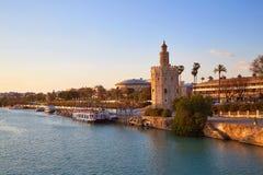 Torre del Oro för Seville solnedgånghorisont i Sevilla Arkivfoton