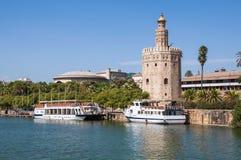Torre Del Oro gesehen vom Guadalquivir-Fluss in Sevilla Stockfotos