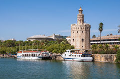 Torre del Oro som ses från den Guadalquivir floden i Seville arkivfoton