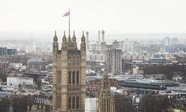 Torre del palacio de Westminster en la ciudad de Londres Imágenes de archivo libres de regalías