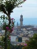 Torre del Palazzo Vecchio en Florencia según lo visto del otro banco del río de Arno en los colores suaves de la oscuridad fotografía de archivo libre de regalías
