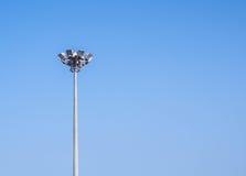 Torre del palo leggero con chiaro cielo blu Fotografia Stock
