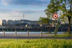 Torre del parque y de Seul de Banpo Hangang en Seul, Corea del Sur Fotos de archivo libres de regalías
