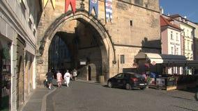 Torre del puente cerca del puente de ChaRTes, Praga almacen de video