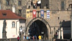 Torre del puente cerca del puente de ChaRTes, Praga almacen de metraje de vídeo