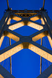Torre del puente de la bahía en la puesta del sol Fotos de archivo libres de regalías
