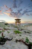 Torre del puesto de observación de Wanda Beach Surf Life Guard en la salida del sol Imágenes de archivo libres de regalías