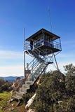 Torre del puesto de observación del bosque en el Madrona de Sierra, provincia de Ciudad Real, España foto de archivo