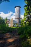 Torre del puesto de observación en el top de la montaña Fotografía de archivo