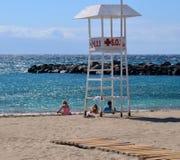 Torre del puesto de observación en una playa Fotografía de archivo