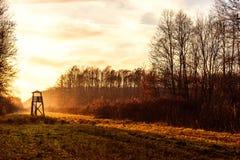 Torre del puesto de observación para cazar en el amanecer Fotos de archivo