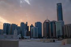 Torre del punto di riferimento e cityscpae di Abu Dhabi, UAE fotografia stock