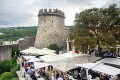 Torre del reloj del castillo de Trsat en la ciudad de Rijeka, Croacia fotos de archivo libres de regalías