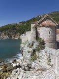 Torre del reloj construida de piedra áspera Imagen de archivo libre de regalías