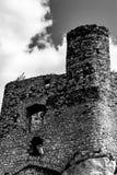 Torre del reloj de las ruinas medievales de un castillo Foto de archivo