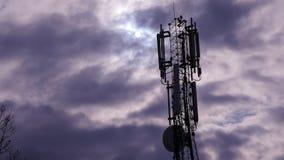 Torre del ripetitore dell'antenna durante il giorno nuvoloso fotografie stock libere da diritti