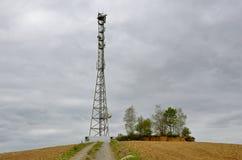 Torre del ripetitore dell'antenna nella collina Fotografia Stock