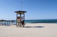Torre del risparmiatore di vita alla spiaggia fotografia stock libera da diritti