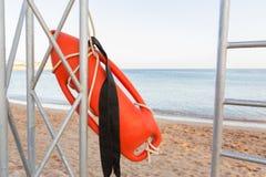 torre del salvavidas con la boya anaranjada en la playa boya del rescate en el poste del rescate del hierro foto de archivo