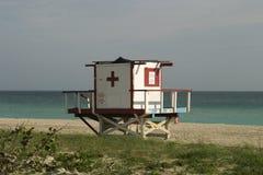 Torre del salvavidas con la opinión de océano Imagenes de archivo