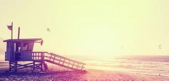 Torre del salvavidas del estilo del vintage en la puesta del sol en Malibu fotografía de archivo