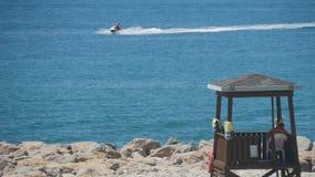Torre del salvavidas en un día de verano soleado brillante, con el cielo azul y el mar en el fondo almacen de metraje de vídeo