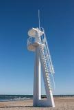 Torre del salvavidas o del baywatch en la playa Imágenes de archivo libres de regalías