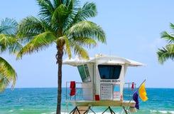 Torre del salvavidas por el agua coloreada aguamarina colorida Imagen de archivo libre de regalías