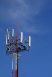 Torre del sitio de la célula con el cielo azul. Fotografía de archivo libre de regalías