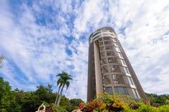 Torre del Sun-tiroteo contra el cielo azul Imagen de archivo