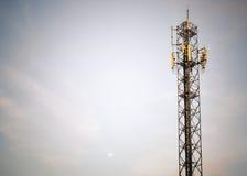 Torre del teléfono celular de las telecomunicaciones en madrugada Imágenes de archivo libres de regalías