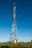 Torre del teléfono celular en campo Foto de archivo
