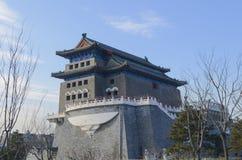 Torre del tiro al arco de la puerta de Qianmen Zhengyangmen del zenit Sun en pared histórica de la ciudad de Pekín Fotografía de archivo libre de regalías