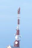 Torre del transmisor en la cima del edificio fotos de archivo