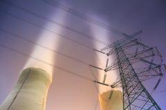 Torre del trasporto di energia e delle torri di raffreddamento fotografia stock libera da diritti