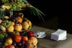 Torre deliciosa, sana de la fruta en el tabl del postre de la recepción nupcial Foto de archivo