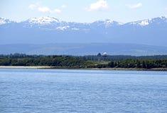Torre dell'aeroporto di Comox e la catena montuosa di Strathcona nei precedenti, isola di Vancouver immagine stock libera da diritti