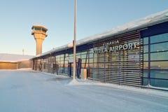 Torre dell'aeroporto di Kittila e terminal, Finlandia - Lapponia Immagine Stock