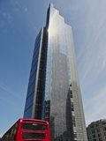 Torre dell'airone e bus di Londra di rosso Immagine Stock