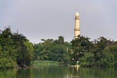 Torre dell'allerta del minareto dietro lo stagno del castello nell'area di Lednice Valtice Immagine Stock