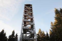 Torre dell'allerta di Haidel Torre di legno dell'allerta in vista delle alpi ed il Bavarian e le Selve Boema Nel 1999 è stato cos Fotografia Stock Libera da Diritti