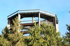 Torre dell'allerta di Lipno degli alberi della traccia Fotografia Stock