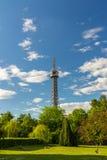 Torre dell'allerta di Petrin (1892), somigliante alla torre Eiffel, parco della collina di Petrin, Praga, repubblica Ceca Fotografia Stock